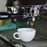 Lav kaffe med industri kaffemaskiner