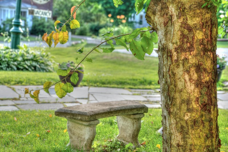 Skab hyggekroge i haven med flotte granitbænke